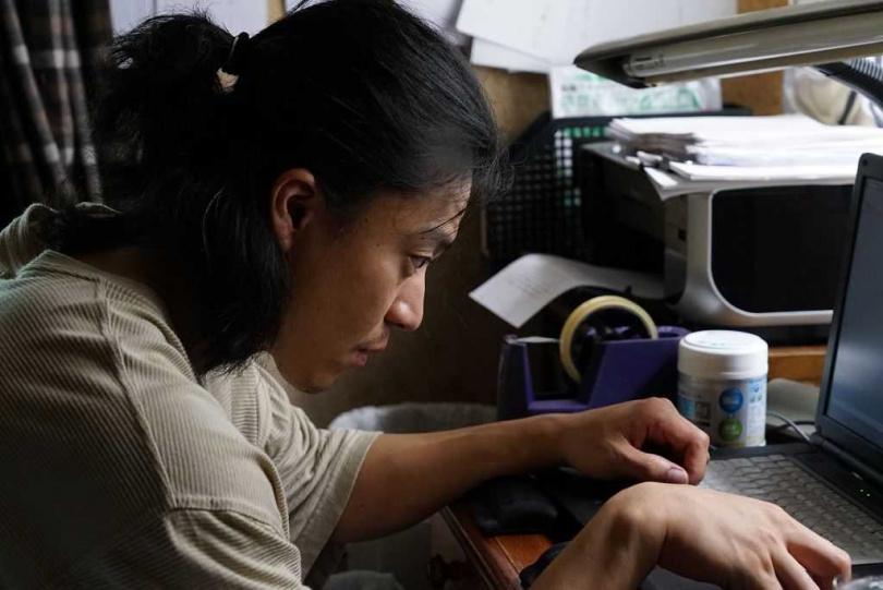 小栗旬在片中飾演以芥川賞為目標的小說家「山本春平」。(圖/車庫提供)