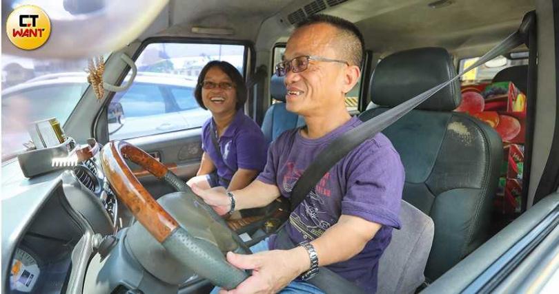 每天清晨,父女倆就會開著廂型車,到處補貨,雖然日子清苦但也是甘之如飴。(圖/張文玠攝)
