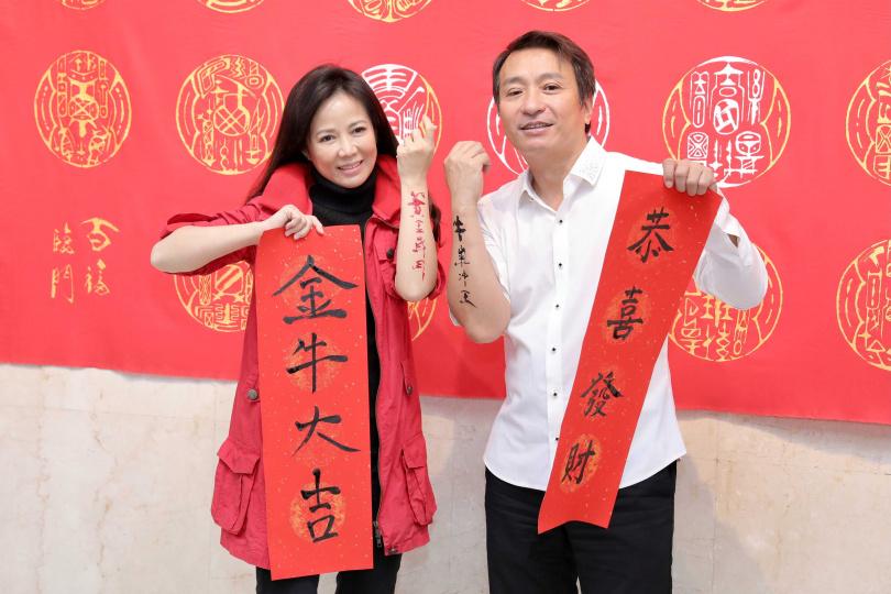 陳仙梅、王中平和書法藝術家黃明勝為戲大筆揮毫寫書法。(圖/彭子桓攝)