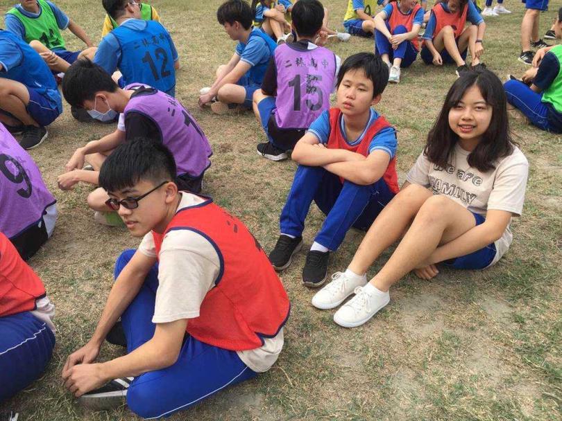 比賽當天柯妤蓁(左)在同班同學謝廷鈺(右)的幫助下,完成人生第一場大隊接力比賽。(圖/周婉淑提供)