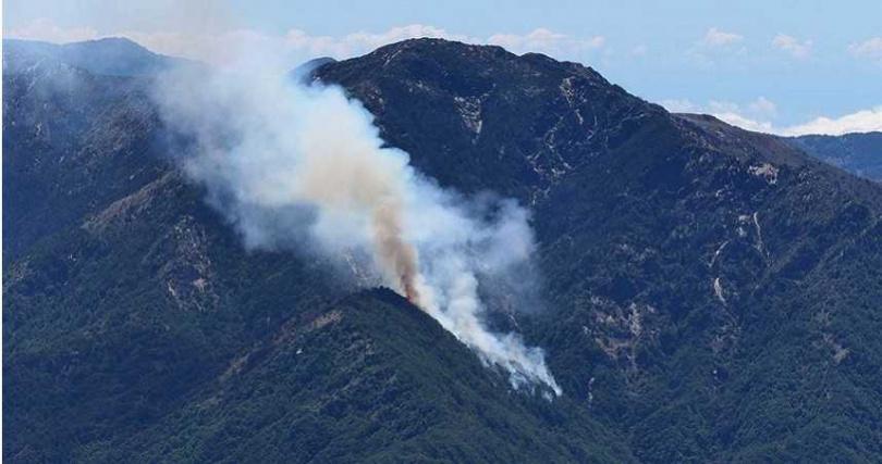 南投大水窟山杜鵑營地發生森林火災,正進行空援搶救,山頭仍見火光濃煙。(圖/民眾提供)