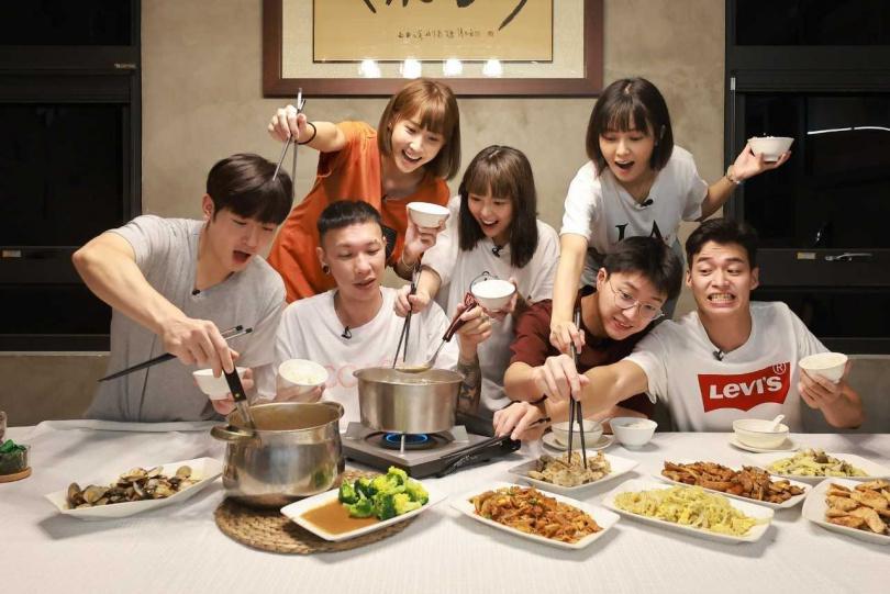 江宏傑、小春、林敬倫、黃沐妍(小豬)、大元、吳思賢(小樂)、粿粿,一同享用剛做好的早餐。(圖/好看娛樂提供)