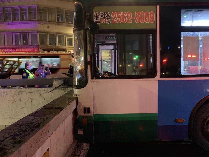 三重客運公車13日晚間9點行經忠孝西路、中山南路時因司機恍神,直接撞擊地下道上方的水泥橋墩,造成司機、乘客共14人受傷。(圖/民眾提供)