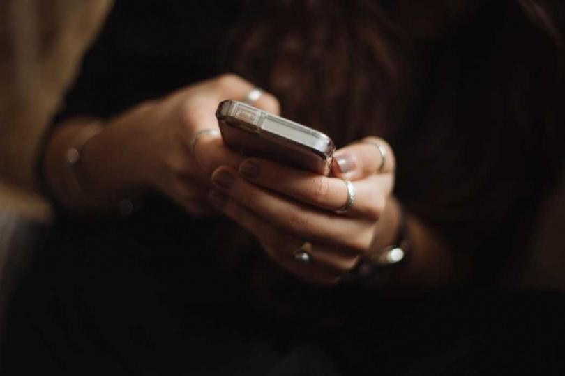 各家手機廠商也呼籲用戶要正確清潔手機。(圖/Unsplash)