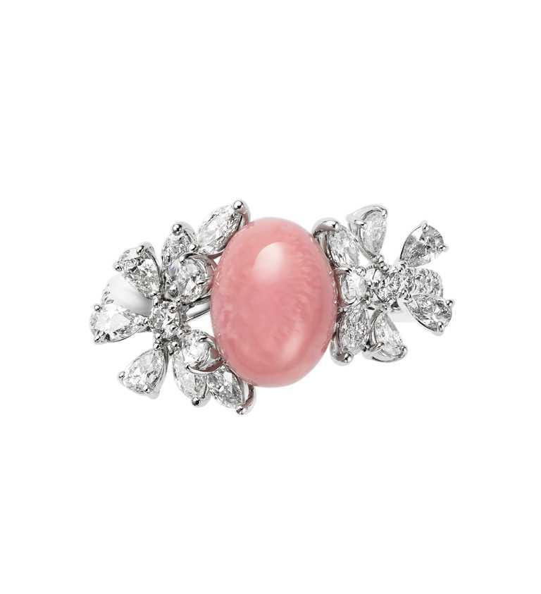 MIKIMOTO「頂級珠寶系列」孔克珍珠鑽石戒指╱2,110,000元。(圖╱MIKIMOTO提供)