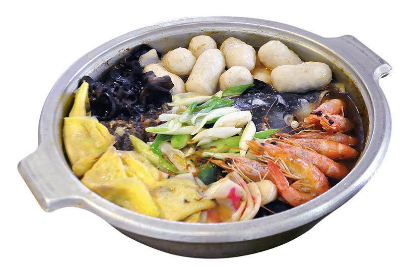 台式砂鍋魚頭料豐味美,湯頭充滿沙茶香氣。(圖/嚴素月提供)