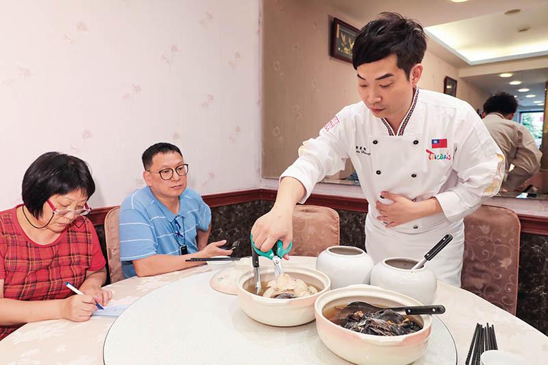 已經開始為農曆年菜做準備,黃景龍師傅和母親邊試菜邊討論。(攝影/馬景平)