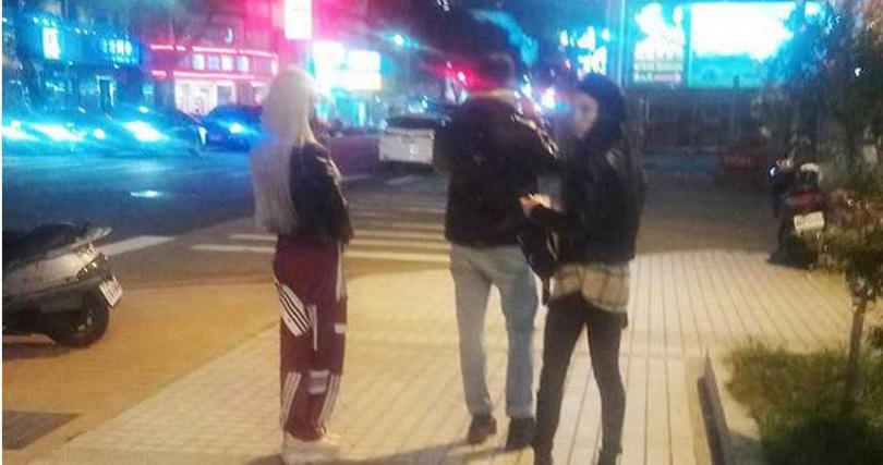 3位來自白俄羅斯的舞者,今晚到四警局說明;表因不諳台灣法令,以後不敢再大膽演出。(圖/民眾提供)
