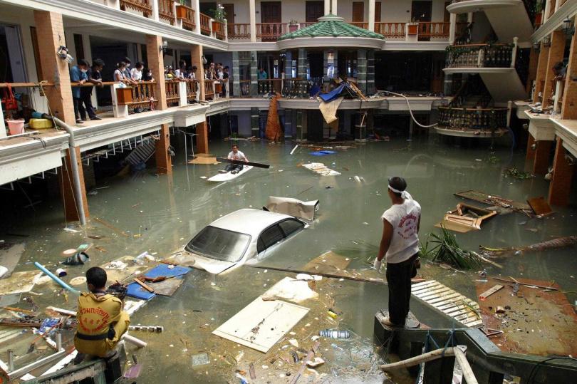 2004年印度洋大地震引發海嘯襲擊印尼亞齊省,一名警察被家屬通報失蹤後宣告死亡。(圖/達志/美聯社)
