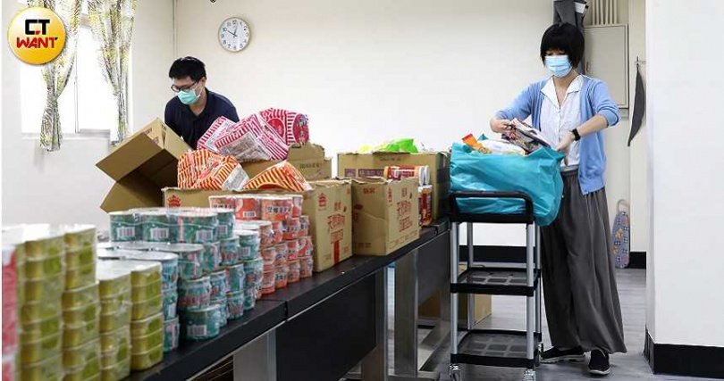 為確保弱勢民眾在疫情期間能維持溫飽,台北市中正區忠勤里(南機場)里長方荷生以長年扶弱經驗設計物資包,至今已募得逾4000份愛心物資包。(圖/王永泰攝)