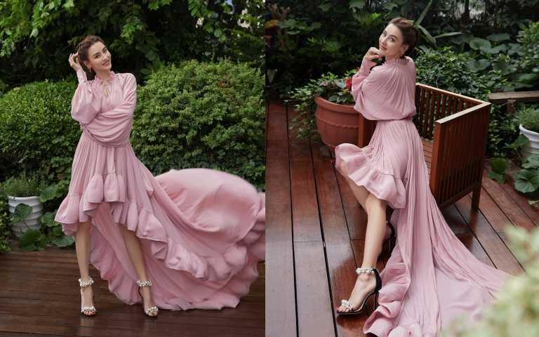 張柏芝出席活動以一襲前短後長飄逸洋裝搭配女人都想要的JIMMY CHOO MAISEL不規則珍珠高跟鞋,大小不一的珍珠交錯於鞋面帶與腳踝帶,將女人柔美氣質盡顯無遺。(圖/品牌提供)