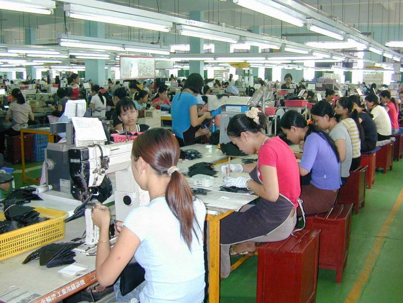 1984年勞基法公布施行後,台灣人力成本升高、匯率不利出口,勞力密集的台灣製鞋業紛紛轉往東南亞或大陸開設工廠。(圖/報系資料庫)