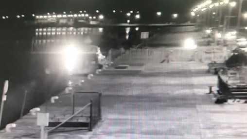 監視畫面曝光,民眾放煙火直衝膠筏引發火警。(圖/翻攝畫面)