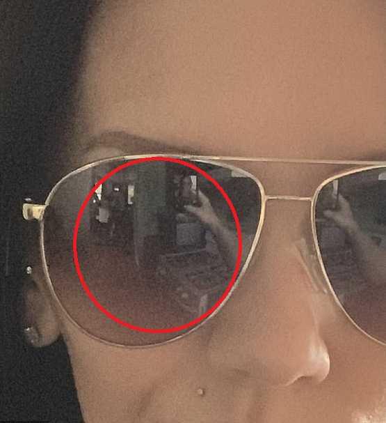 墨鏡反射出一大一小人影。(圖/翻攝自Quora)