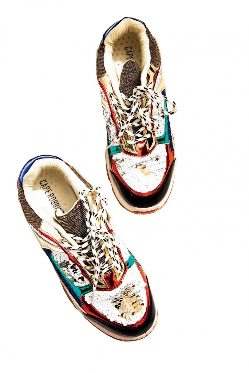 CAPE ROBBIN閃亮球鞋是白靈非常喜歡的一雙鞋,經常穿著到處趴趴走,印象中價格「不算便宜」。(圖/莊立人攝)