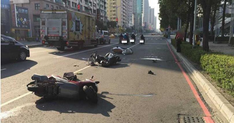 警方調查,因前方騎士要撿掉落地面手機突然減速,導致後方騎士煞車不及追撞,不幸造成1人死亡。(圖/讀者提供)