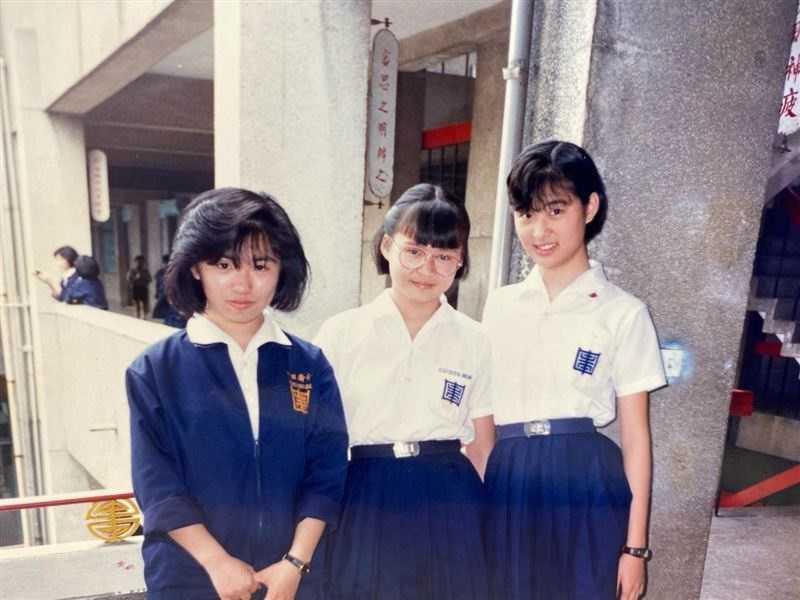 賈永婕(圖右)國中留著短髮。(圖/翻攝自賈永婕的跑跳人生臉書)