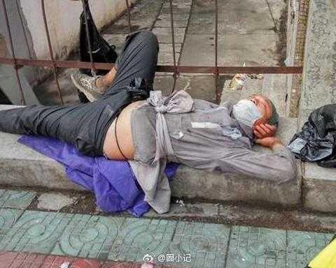 李傳淪落街頭。(圖/翻攝自微博)