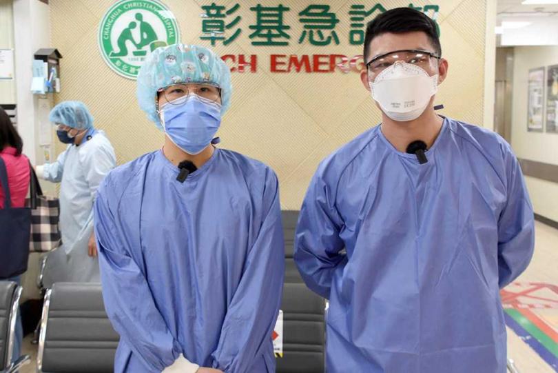 謝宜廷(右)、王卉柔(左)二位護理師表示,陳學長他是一位熱心、暖心的暖男。