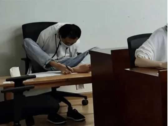 彭超考試時以腳代手被人拍下來,成為當時網路上的熱門話題。(圖/翻攝自網易新聞)