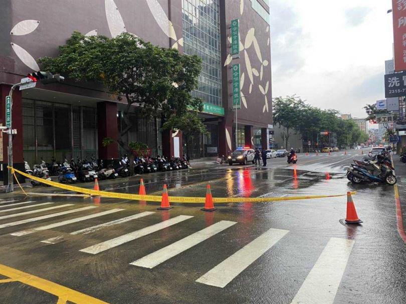 台中市西屯區漢口路二段4日上午5時許發生地下水管爆裂,由於水流很大,造成路面積水。(圖/民眾提供)