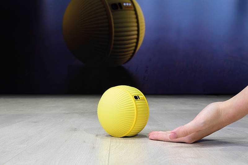 Ballie小型滾動機器人內建一個攝影機和感應器,放在家中地板上,它會跟著主人的步伐。(圖/Samsung提供)