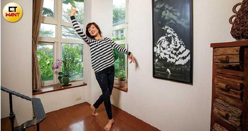 50歲的張繼華,舞姿依然挺直優美,不亞於自己當年跳佛朗明哥舞時的留影。(圖/宋岱融攝)