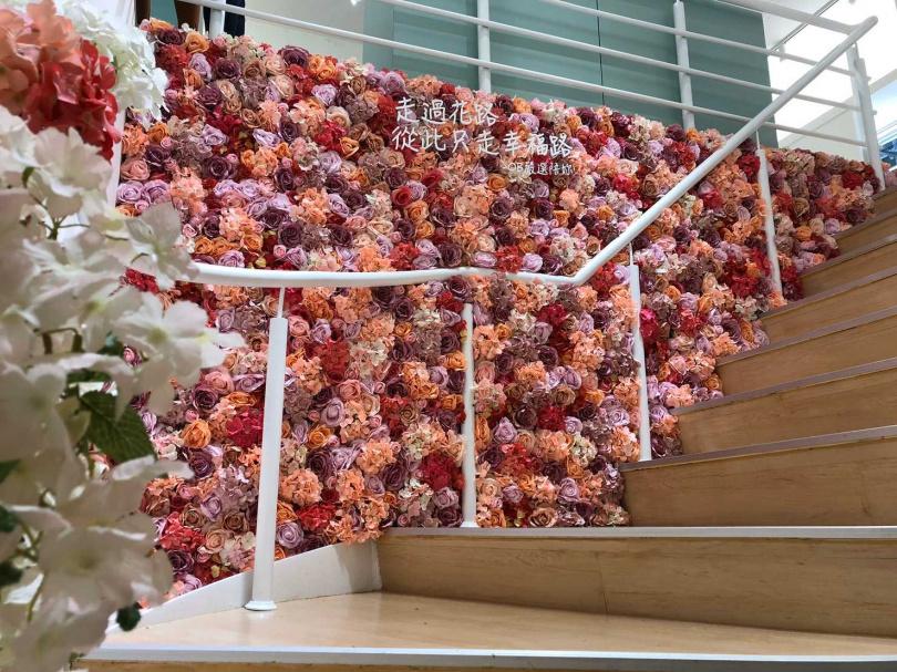 從樓梯延伸到展間的絕美花牆成為網紅的打卡夯點。 (圖/OB嚴選提供)