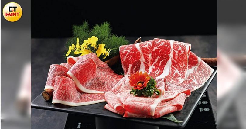 Percent Shabu熟成肉火鍋專賣的肉品皆至少經過21天溼式熟成。左起為澳洲純血巧克力和牛M9+臀上肉(8盎司,1,750元)、Prime等級安格斯黑牛無骨牛小排(8盎司,960元)、日本鹿兒島黑毛和牛A5等級霜降肩小排(8盎司,1,690元)