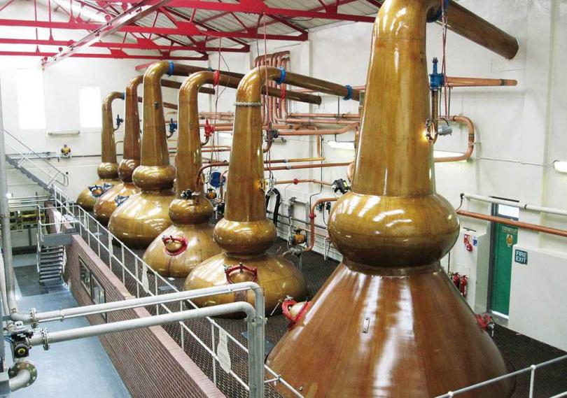 慕赫酒廠利用三對大小、形狀各異的蒸餾器,蒸餾出猶如來自三間不同風格酒廠的酒心。(圖/翻攝自臉書)