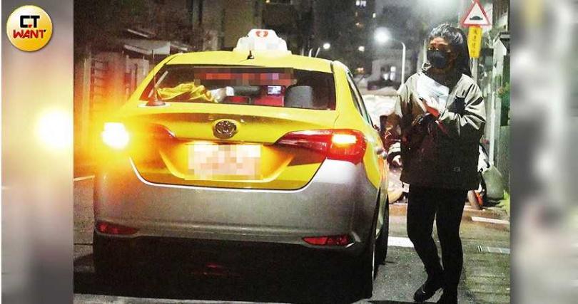 結束漫長的婦產科夜診後,Jennifer獨自搭計程車返回住處。(圖/本刊攝影組)