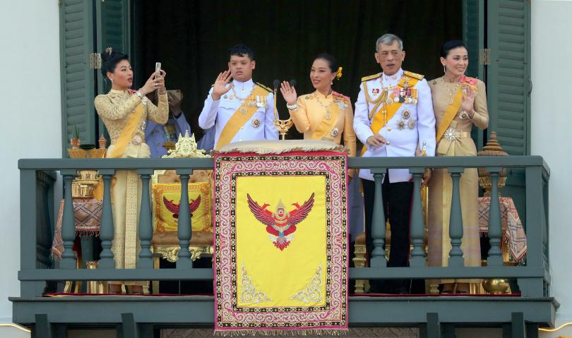 現年16歲的王子提幫功(左二),是目前泰國王室的唯一合法繼承人。(圖/達志/美聯社)