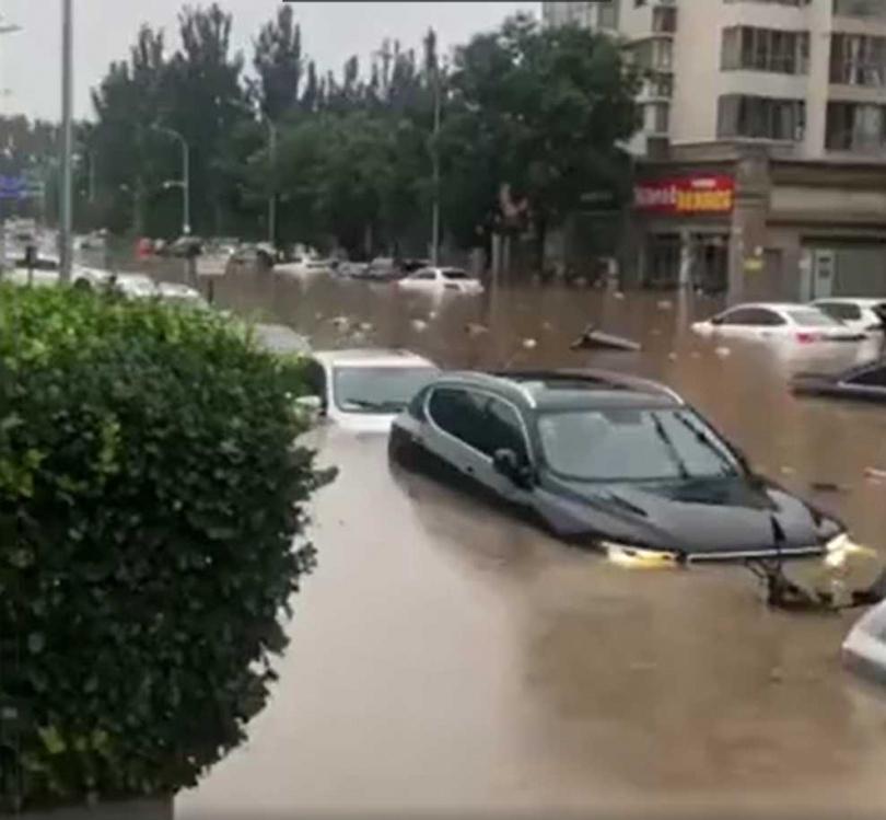 北京暴雨導致路面變河道。(圖/翻攝微博)