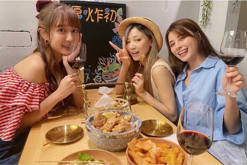 洪詩的好姊妹寶兒及宇珊自然是店內超級VIP。(圖/翻攝自洪詩臉書)