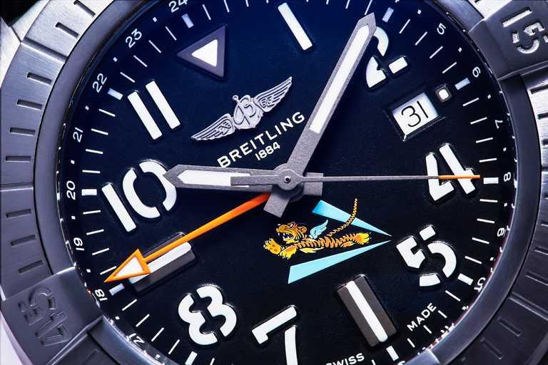 BREITLING「Avenger AVG飛虎隊80周年紀念」台灣限定款腕錶,採用質輕堅硬的DLC塗層鈦金屬錶殼,黑色面盤擁有中央時針、分針和秒針,以及指示第二時區的時針。(圖╱BREITLING提供)