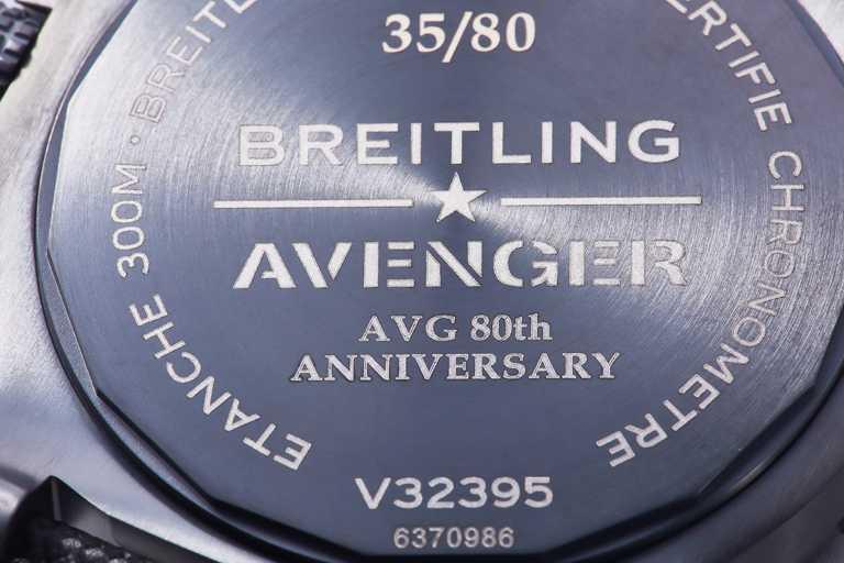 BREITLING「Avenger AVG飛虎隊80周年紀念」台灣限定款腕錶,黑色DLC鈦金屬底蓋上方鐫刻01-80的限量流水編號,下方為誌慶飛虎隊80周年的英文字樣。(圖╱BREITLING提供)