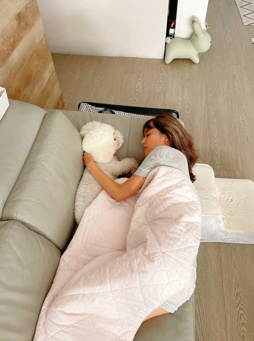 自從比比成為家中成員後,除了最溺愛牠的蔡逸帆外,老公、女兒也會搶著要跟比比玩樂睡覺。(圖/艾迪昇提供)