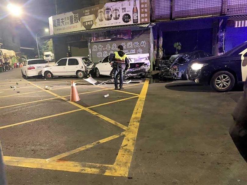 疑似酒駕的黃男肇禍,將停放路邊的3輛車體撞得幾乎全變形。(圖/翻攝嘉義綠豆人臉書)