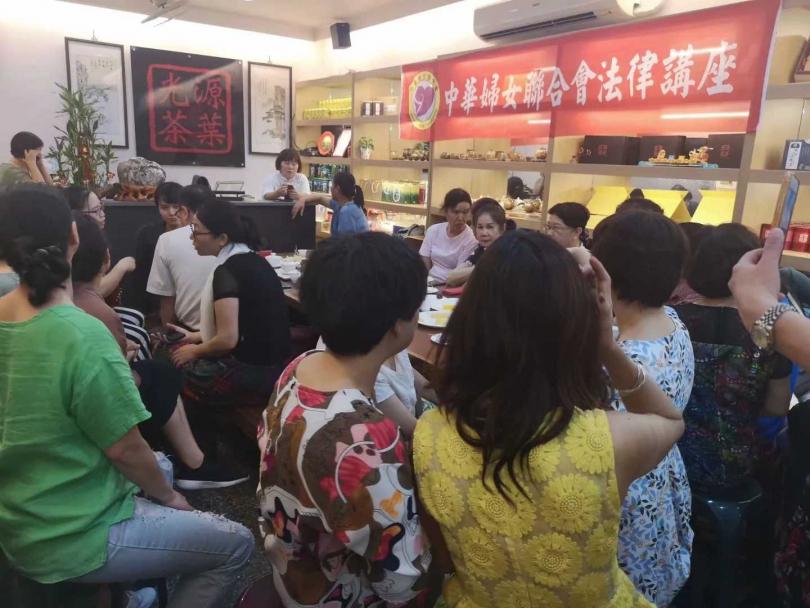 中華婦女聯合會在各縣市巡迴舉辦法律講座,尤其針對民事婚姻法及家暴法,希望讓陸配姐妹懂得維護自身權益。(圖/翻攝何建華臉書)
