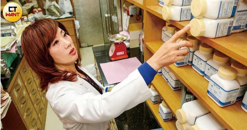中醫師吳明珠表示,中國五千年來歷經無數次瘟疫,雖然不能確切知道當時的治療方式,但可以從流傳下來的藥方略窺一二。(圖/鄭清元攝)