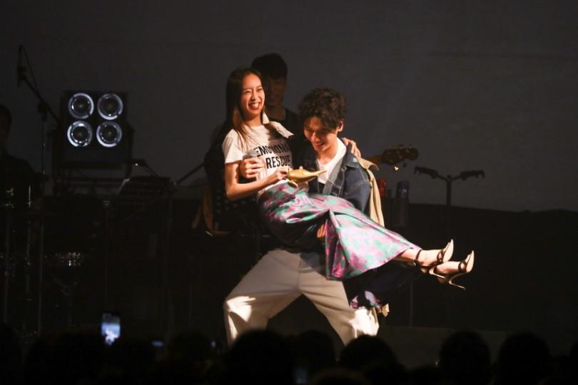 蔡旻佑在台上公主抱劉容嘉,讓粉絲又羨慕又嫉妒。(圖/何樂音樂提供)