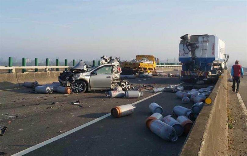 車禍現場滿目瘡痍,載滿瓦斯桶的貨車遭追撞後,瓦斯桶掉滿地,相當危險,還有小客車車體硬生生被削去一半。(圖/翻攝畫面)