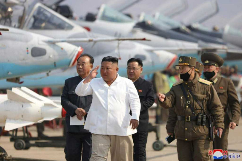 脫北高官分析,金正恩可能是在14日北韓發射飛彈時發生意外。(圖/Reuters)