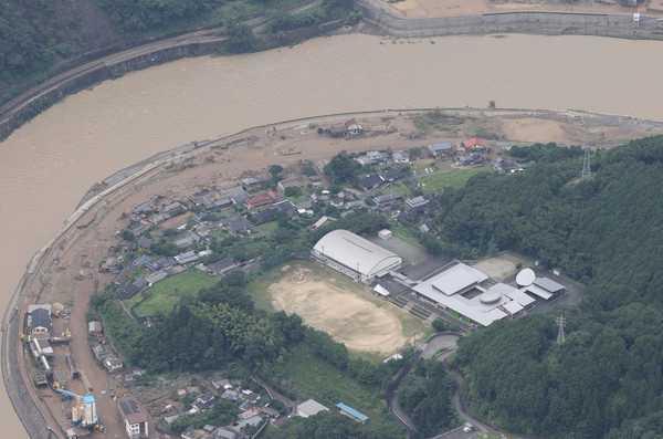多處民宅泡在爛泥黃水中。(圖/美聯社)