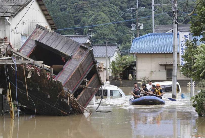 球磨川等河川有11處氾濫,熊本縣人吉市球磨川的堤防潰堤,大範圍地區嚴重淹水。(圖/共同社)