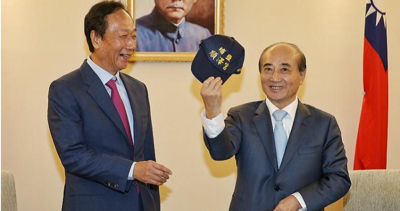 王金平送最近很紅的「冠軍帽」給郭台銘。(圖/攝影鄭清元)