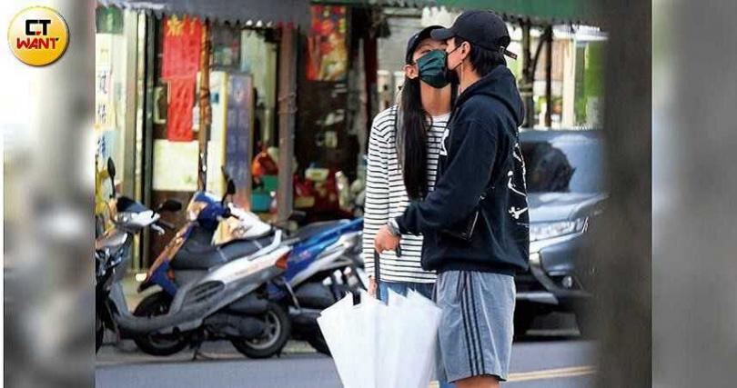 去年11月本刊直擊李千那向是元介著口罩索吻,還像個小女孩般賣萌撒嬌。(圖/本刊攝影組)