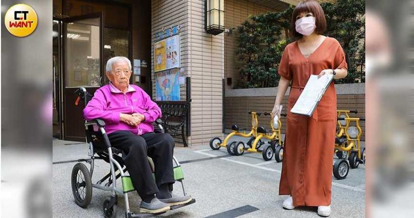 李漢秀修女(左)來到一手創辦的立聖幼兒園,沒多久即遭自稱是幼稚園的負責人古女(右)驅離。(圖/張文玠攝)