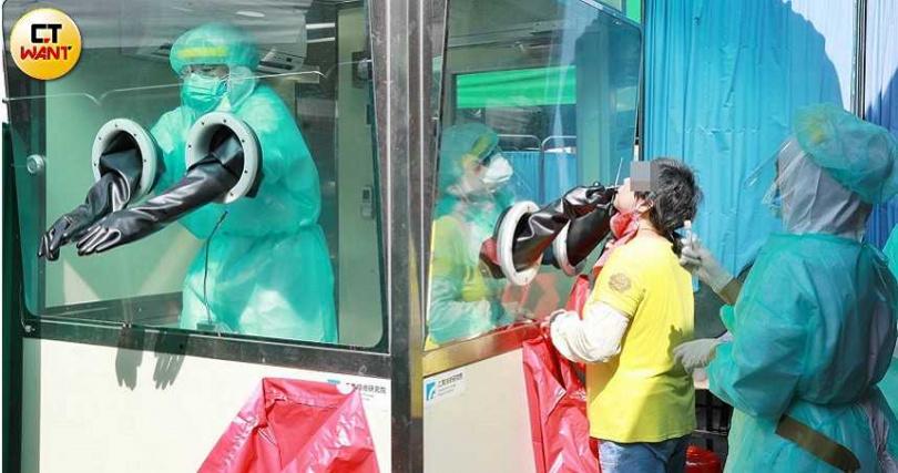 北市14日下午在萬華區急設4個快篩站,但前往篩檢的人潮完全不是醫護人員能負荷的量。(圖/林士傑攝)