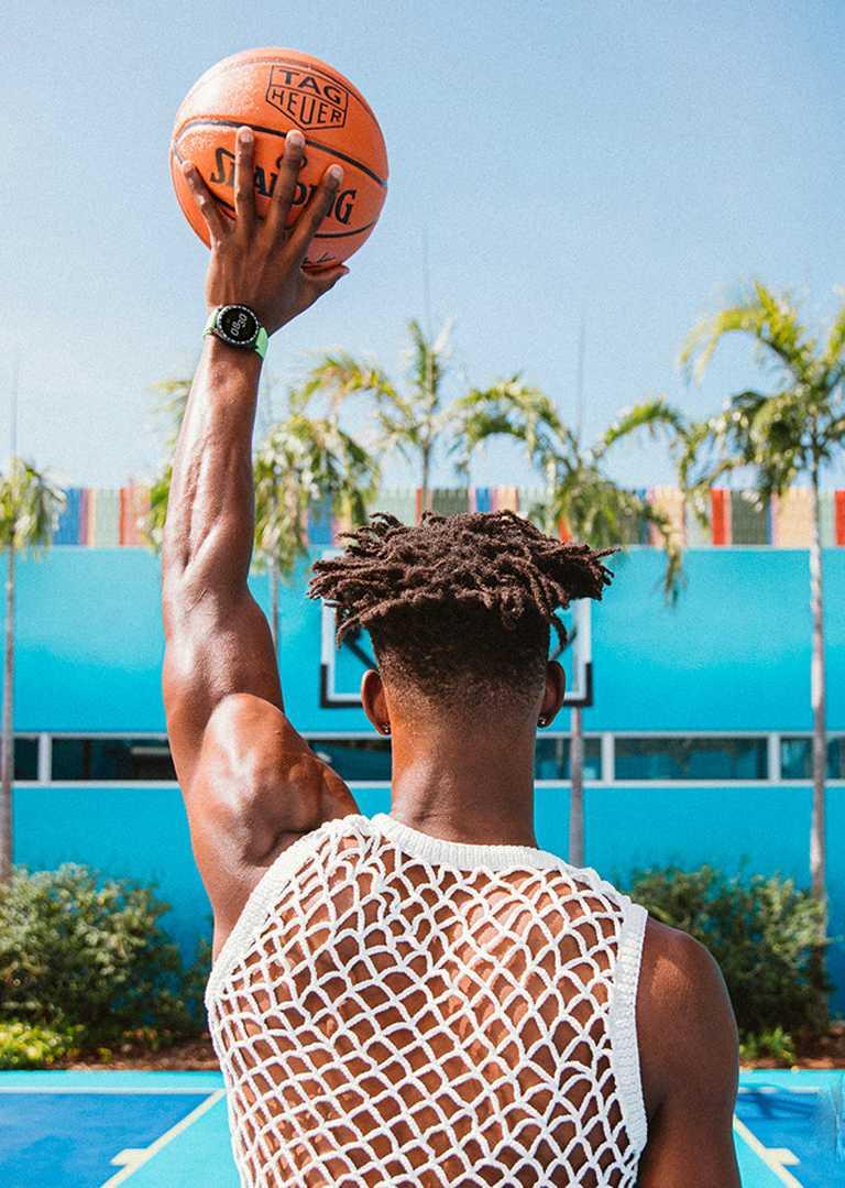 NBA職籃球星吉米巴特勒(Jimmy Butler),佩戴TAG HEUER「Connected」智能腕錶、搭配青檸綠橡膠錶帶,展現運動家時尚風範。(圖╱TAG HEUER提供)